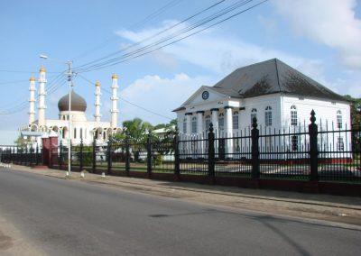 Synagoge nebeneinander eine Moschee